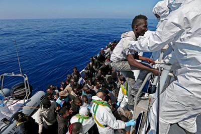 Бежанци се сбиха за хляб в Гърция