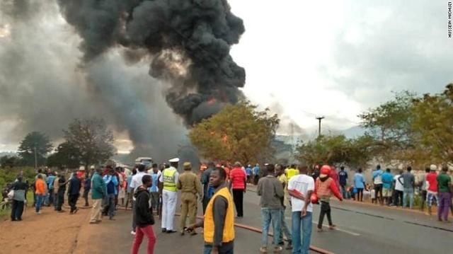 Десетки загинаха, докато източват катастрофирала цистерна