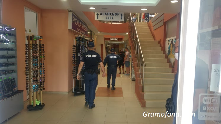 """Полиция опразни търговски център в """"Славейков"""""""