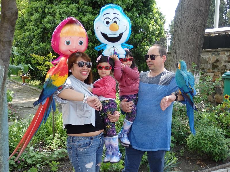 Селфи с папагали до манастирските врати