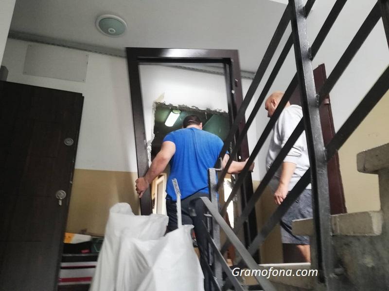 """Работници влязоха в изгорелия апартамент на Руслан в """"Меден рудник"""""""