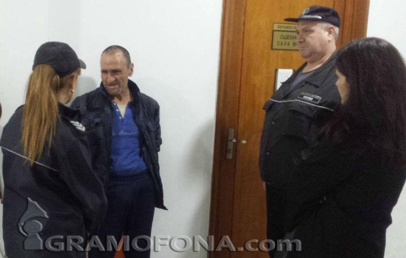 Алекси, който рани полицай, плаче в съда и обещава да е примерен гражданин