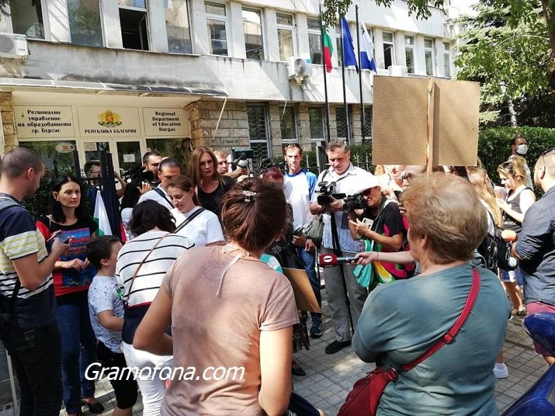 Родители от Бургас на протест, не искат децата им с маски в училище