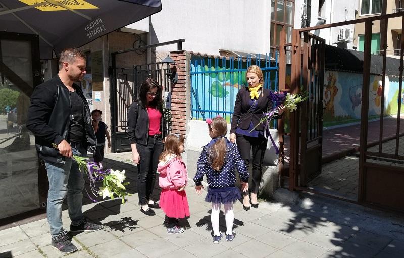 """Усмивки, детски рисунки и празнична музика изпълниха двора на детска градина """"Звездица"""""""