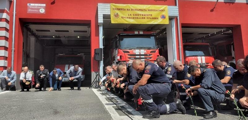 Вижте как бургаските пожарникари отбелязват празника си