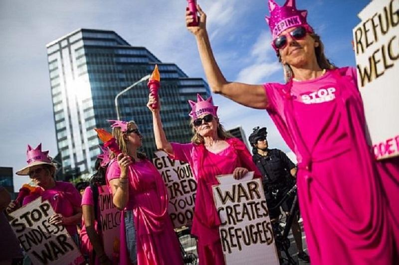Голи жени посрещат Тръмп в Кливланд