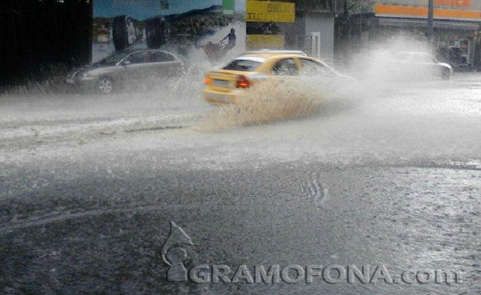 За час и половина 60 л/кв.м дъжд в Карнобат