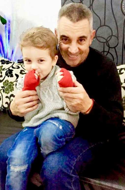 Кикбокс легенда на Бургас продава ценен трофей в помощ на дете