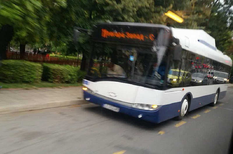 Товарен автомобил блъсна автобус в Бургас, контрольорка е пострадала