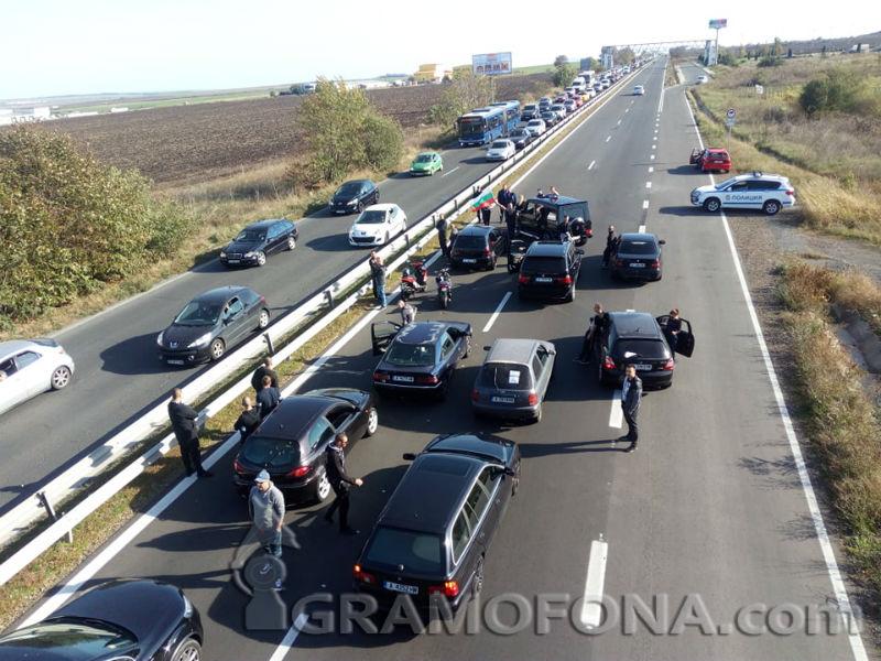 Шофьори затвориха пътя от Ветрен за Бургас