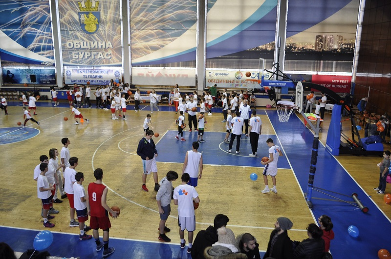 Бургас играе баскетбол