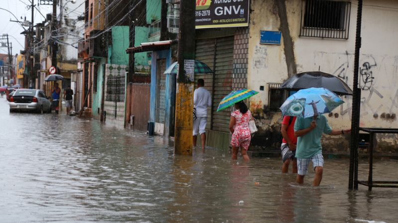 Тайфун връхлетя Филипините и взе десетки жертви