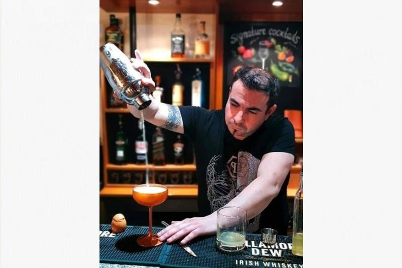 Топ барман от Бургас дава онлайн съвети за домашни коктейли