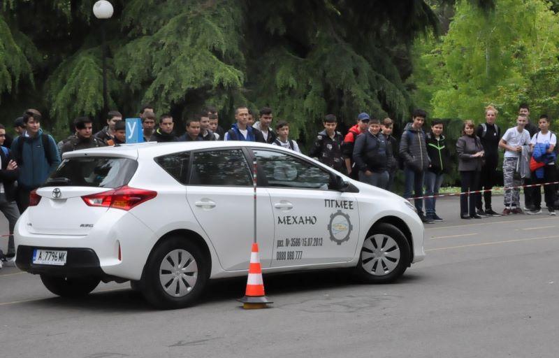 Майсторско шофиране показаха учениците от Автото и Механото в Бургас