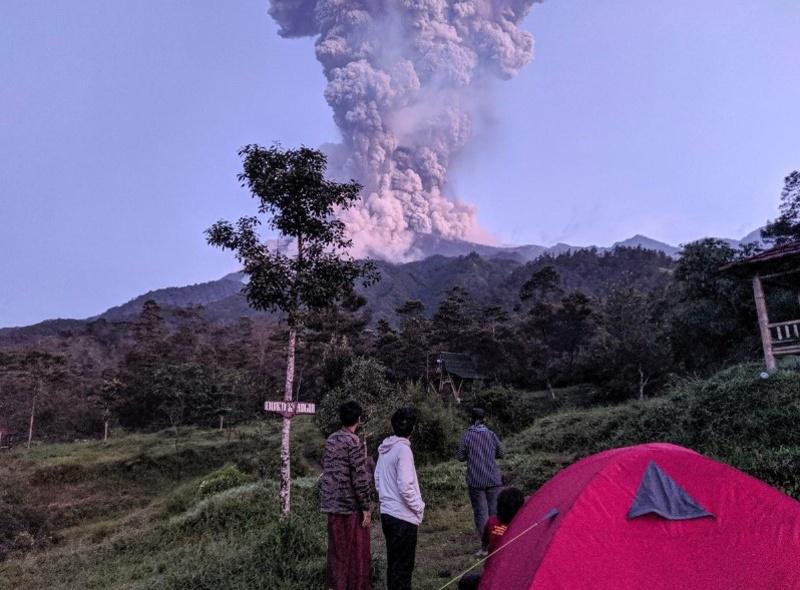 Вулканът Мерапи изхвърли на 6000 метра стълб от пепел и пушек