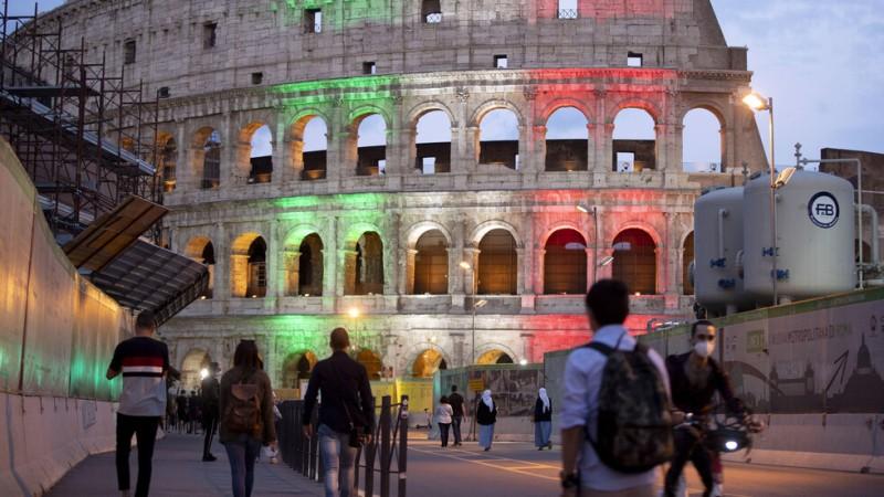 Опашка от туристи пред Ватиканските музеи