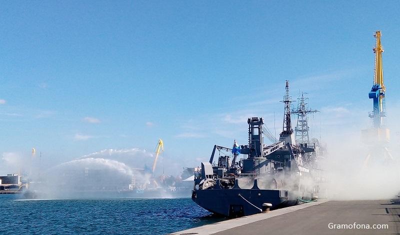 Корабно шоу и вой на сирени на Никулден в Бургас