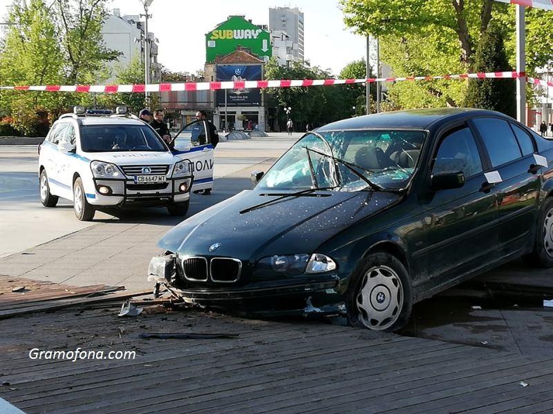 """Вижте щетите по колата, която се заби на площад """"Тройката"""""""