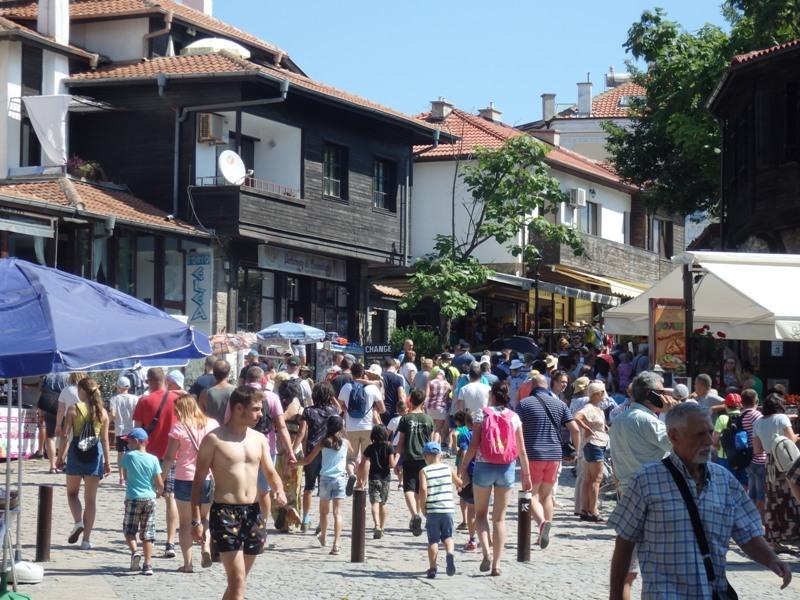 Спад на туристи по морето ли? В Созопол гъмжи от чужденци