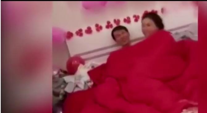 Младоженци правиха секс пред гостите на сватбата си