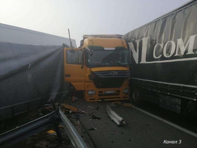 Тежка верижна катастрофа между тирове край Харманли. Има загинали