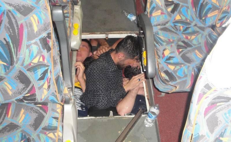 Задържаха незаконни мигранти в тайник на пода в автобус