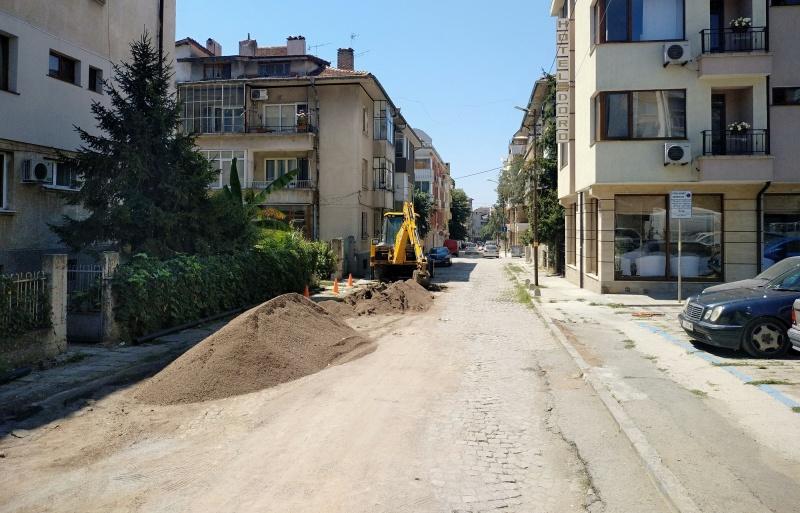Започват да асфалтират разбита улица в центъра на Бургас