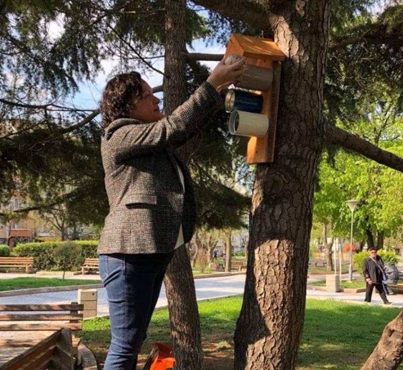 На Цветница поставиха хранилки за птици от разградими материали в Бургас