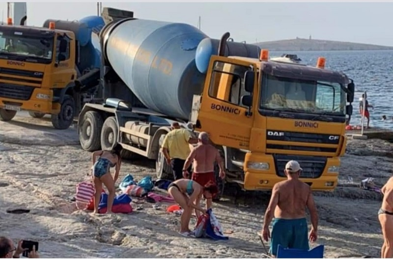 Бетоновоз на плажа. Спокойно, не е в България