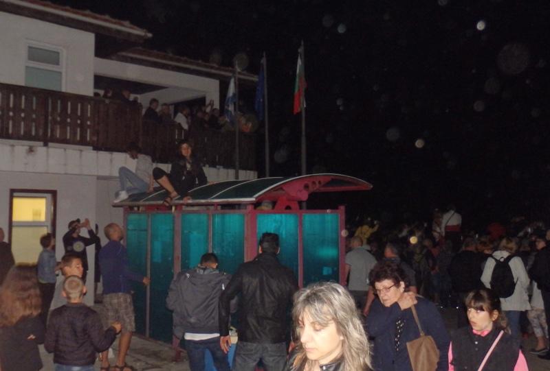 Нестинарски фенове окупираха спирки и покриви на къщи