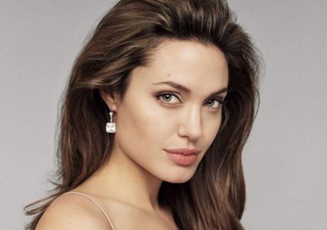 Анджелина Джоли вече е лицензиран пилот