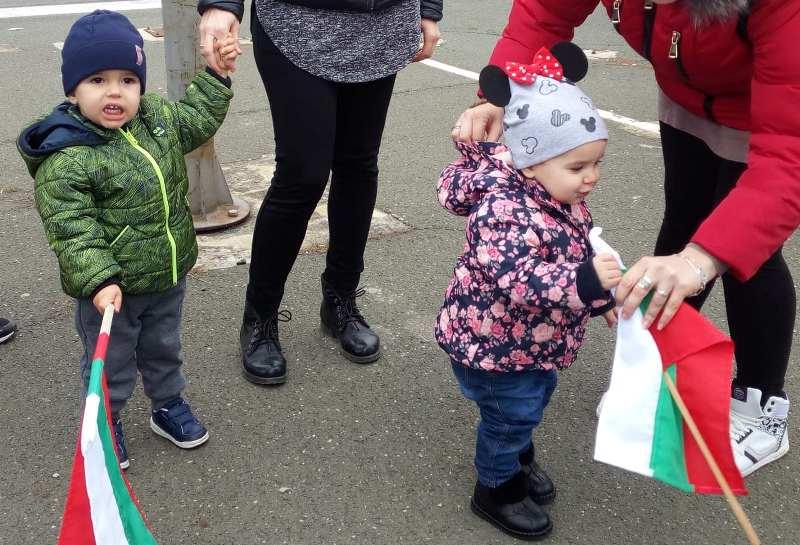 Бебетата Венцислав и Мартина със знамена на протеста в Бургас