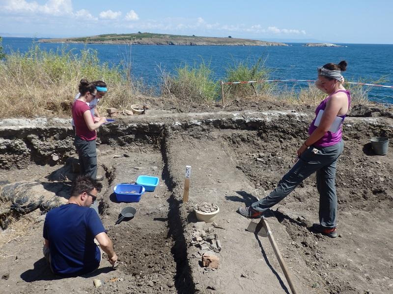 Влюбени в археологията чужденци копаят на остров Св. Кирик