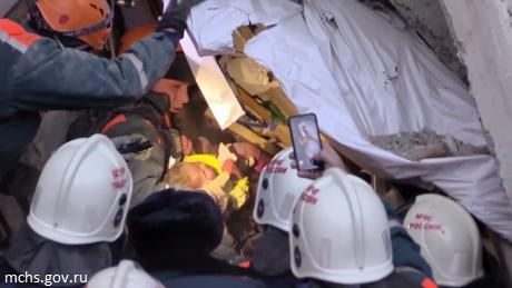 В Магнитогорск извадиха живо бебе от руините на взривения блок (ВИДЕО)