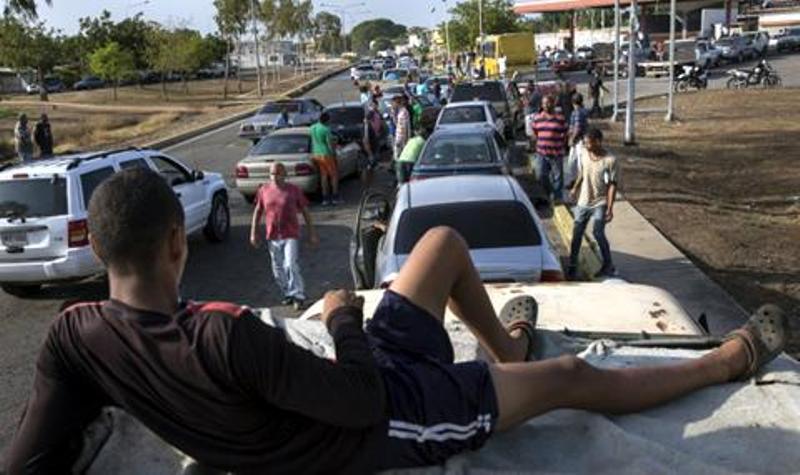 Километрични опашки за бензин във Венецуела