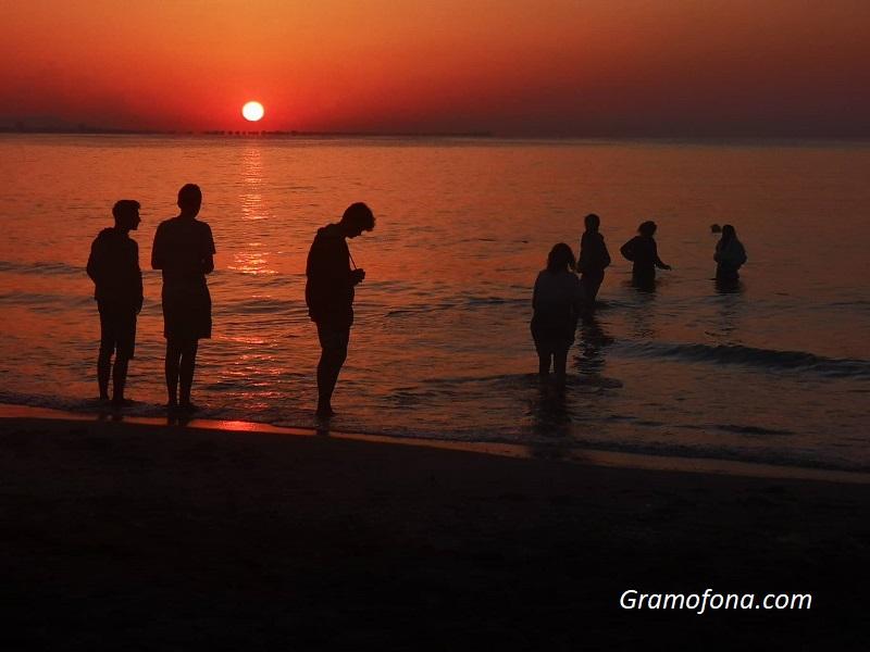 Хиляди посрещнаха изгрева на бургаския плаж