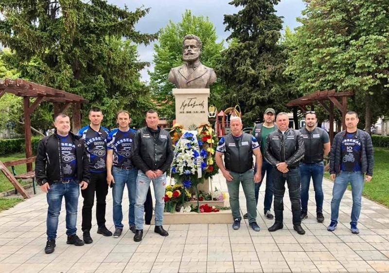Несебърските моторджии почетоха Ботев с венец