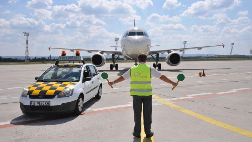 Пътниците през летищата в Бургас и Варна са намалели със 75.6%