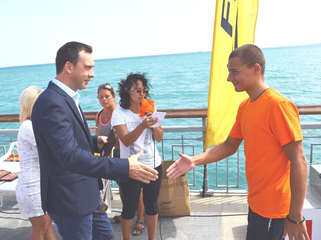 Венцислав Айдарски спечели плувния маратон от острова до Моста