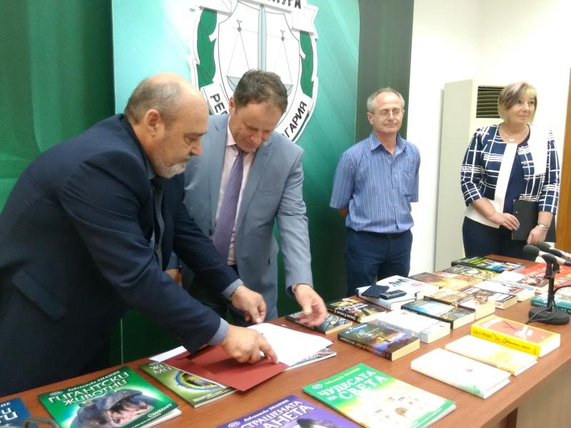Прокурори и следователи дариха бестселъри на затвора в Бургас