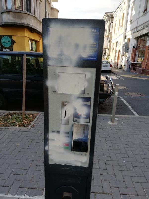 Вандали окепазиха със спрей автомат за Синя зона и камера в Бургас
