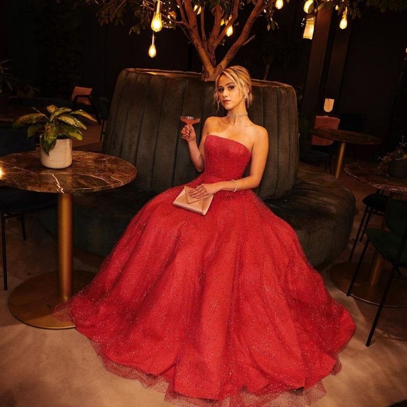 Мария Бакалова озари сцената на Златните глобуси с рокля на Армани