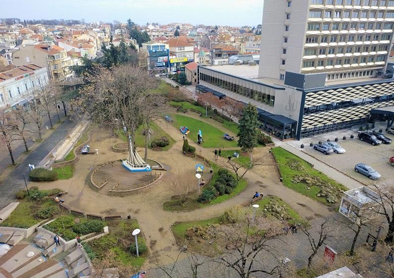 """Подземен паркинг под хотел """"България""""? Бургазлии казват искат ли"""