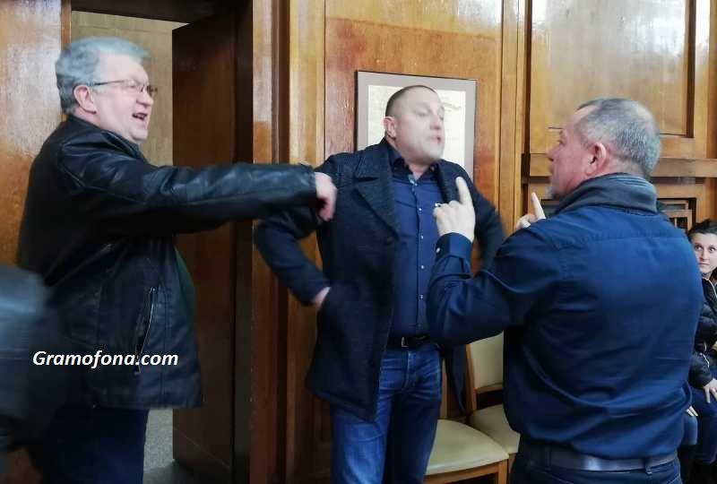 Скандал на комисията за преместваемите обекти в Бургас, търговци си тръгнаха бесни