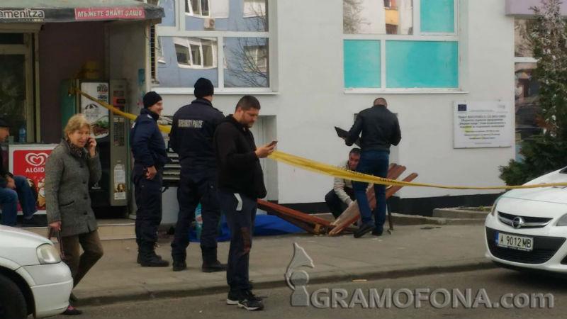 """Трагедия в """"Славейков"""", жена падна от 7-ия етаж"""