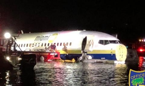 Боинг със 136 пътници падна в река