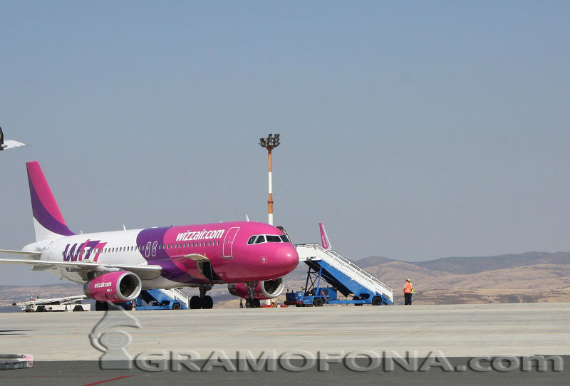 Полет от Бургас за Лондон се бави, птица се забила в самолета