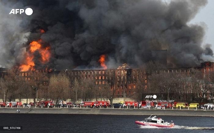 Изгоря историческа сграда в Санкт Петербург, един пожарникар загина
