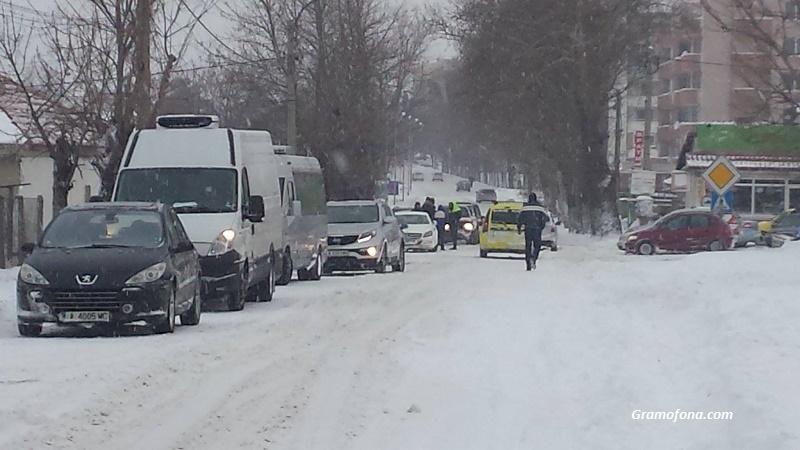 АМ Тракия остава затворена, силен снеговалеж отново по пътя за Слънчев бряг