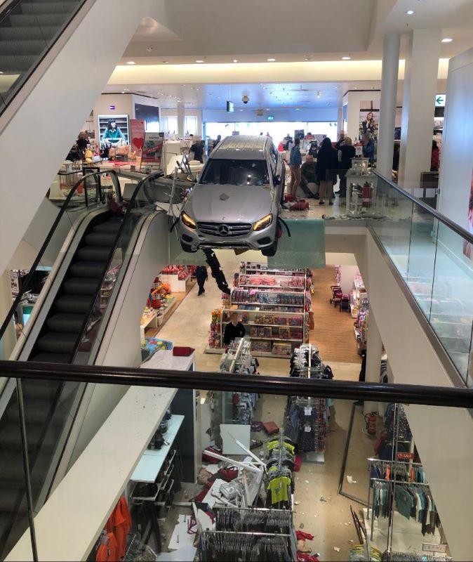 Автомобил се вряза в търговски център в Хамбург, има ранени